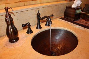 Read more about the article Salle de bain : comment bien installer les appareils sanitaires ?